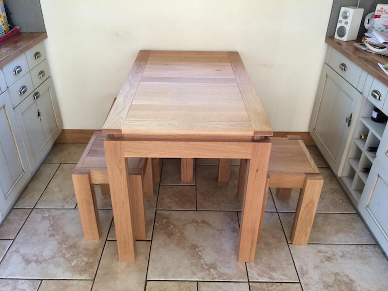 table et tabourets en bois